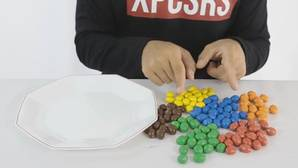 YouTube: El curioso resultado que obtendrás si mezclas agua con caramelos de chocolate M&M's
