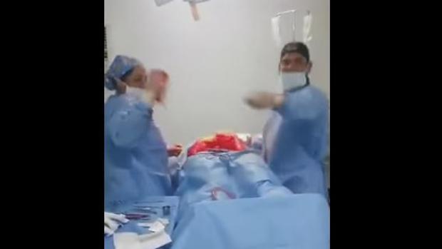 El baile de un cirujano en medio de una operación que indigna a las redes sociales