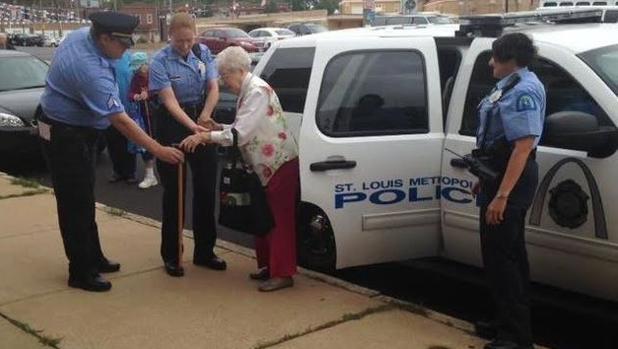Eddie Simms, de 102 años, de camino a comisaría