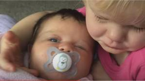 El tierno abrazo de una niña de dos años a su hermana pequeña que arrasa en YouTube