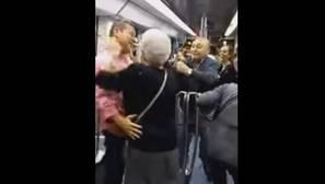 Dos ancianos «lo petan» bailando a ritmo de hip hop en un vagón del metro de Barcelona