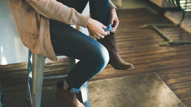 Tejanos y cárdigan, dos prendas básicas que resisten a los cambios de modas y tendencias