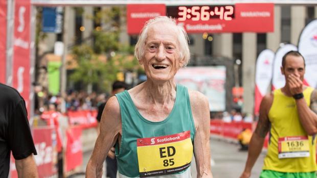 Ed Whitlock, radiante tras cruzar la meta por debajo de las 4 horas