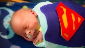 Facebook: Un hospital disfraza a los bebés prematuros de superhéroes para ayudarles a luchar