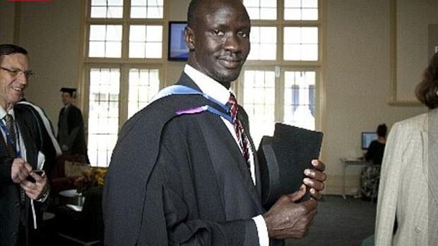 Así fue cómo un niño soldado analfabeto en Sudán se convirtió en abogado y hombre del año en Australia