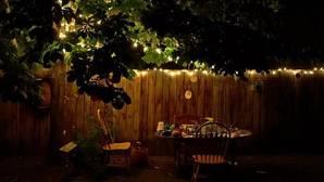 Cómo iluminar un jardín con luces LED
