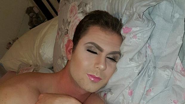 Joven maquilla a su novio mientras duerme y lo publica en Facebook