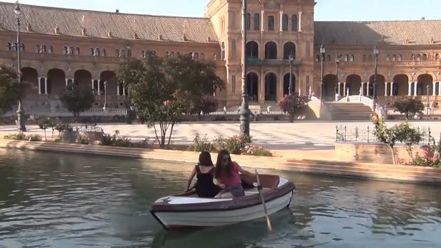 Las dos turistas, incapaces de usar los remos