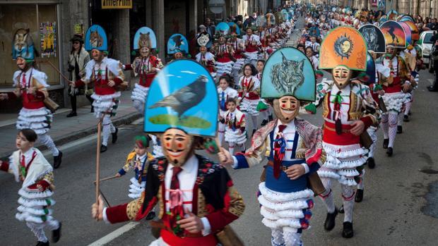 Un grupo de «Cigarrones», unos de los personajes más representativos del Carnaval gallego, en Verín (Ourense)