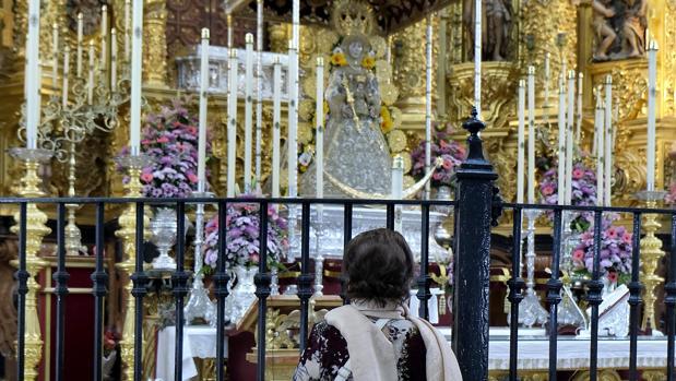 Una devota reza a la Blanca Paloma