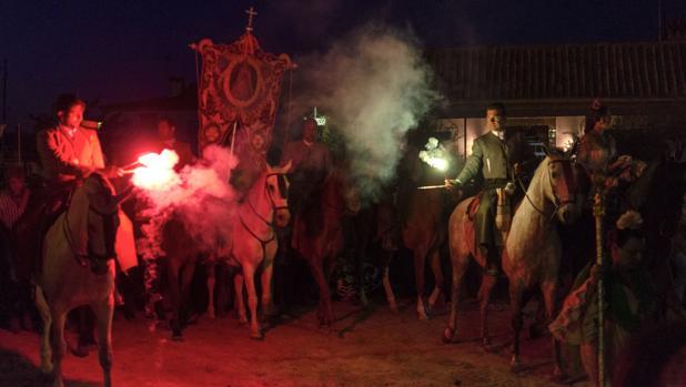 La Matriz de Almonte hace su entrada en la aldea para dar comienzo a la Romería del Rocío 2018