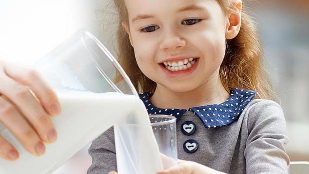 La leche entera parece reducir el riesgo de obesidad infantil