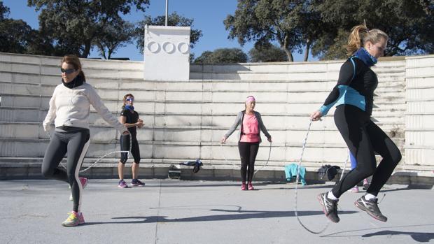 Saltar a la comba, uno de los ejercicios recomendados