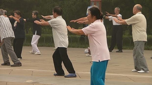 Personas practicando Tai Chi