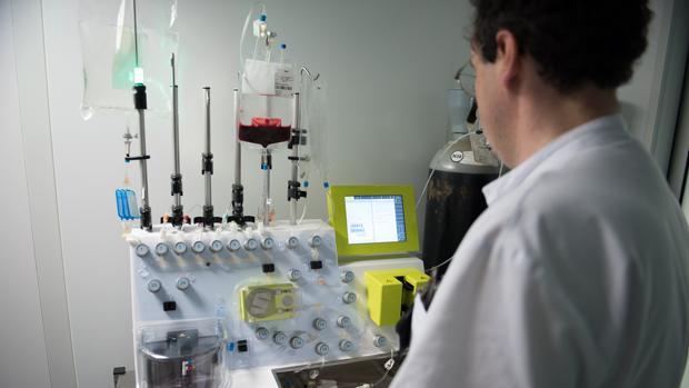 Esta es la máquina que permite la elaboración del CAR-T del Clínic de Barcelona