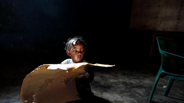 Una niña contempla un mapa de África en un orfanato de niños con VIH en Nairobi (Kenia)