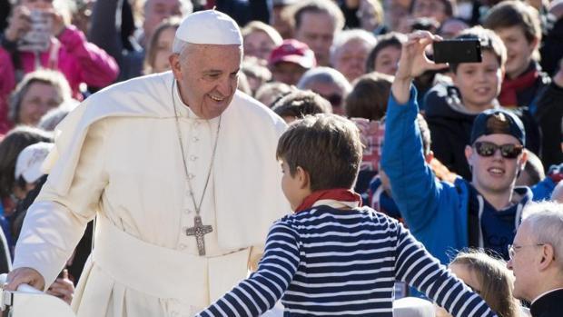 El Papa charla con un niño en la audiencia de ayer miércoles