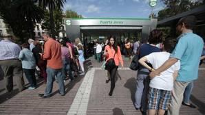 Usuarios del metro ante la estación Puerta de Jerez