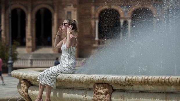 Una turista refrescándose en la Plaza de España
