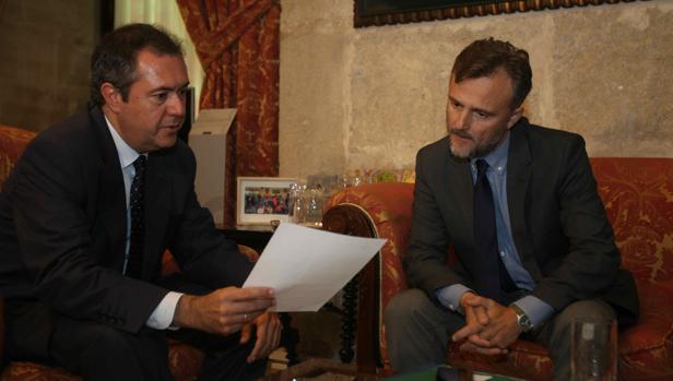 Juan Espadas y José Fiscal, en la comisión para el futuro de Tablada