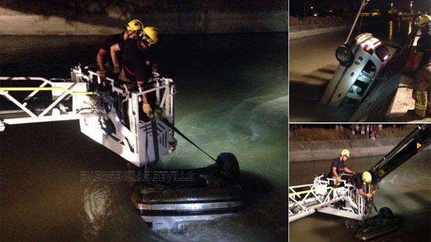Los Bomberos de Sevilla rescatan el vehículo hundido en el canal de Torreblanca