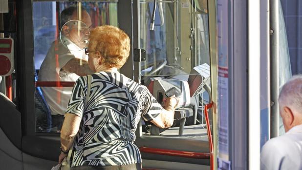 Usuarios del autobús urbano, accediendo a uno de los vehículos con su tarjeta