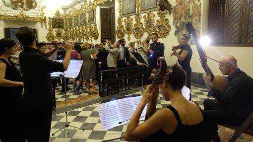 Unos músicos actuaron mientras se inauguraba la nueva iluminación del templo