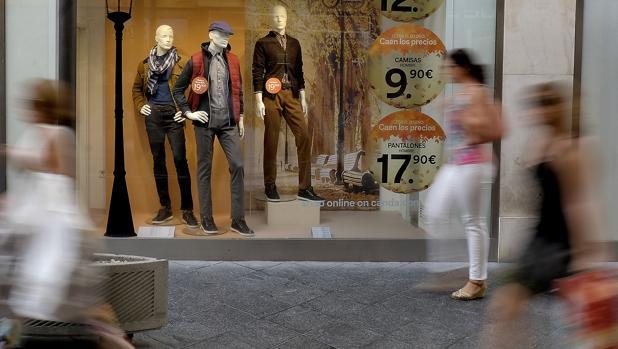 Un escaparate muestra maniquies con ropa de la temporada otoño-invierno