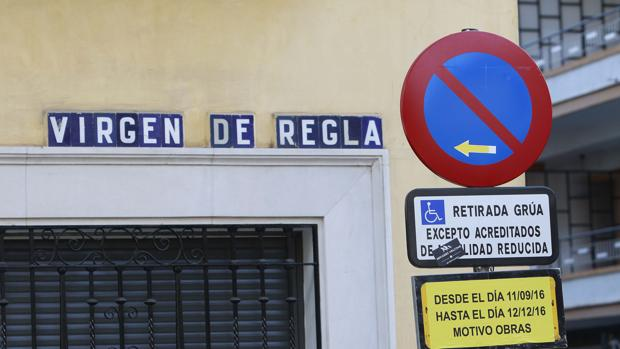 Placa anunciando obras hasta diciembre en a calle Virgen de Regla