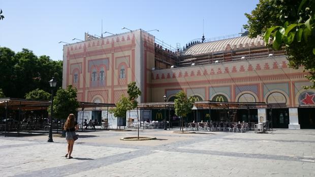Estado actual de la Plaza de Armas, con las lonas cubriendo la fachada de la antigua estación de tren
