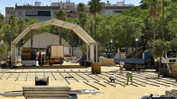 Montaje del Festival de las Naciones en los jardines del Prado de San Sebastián