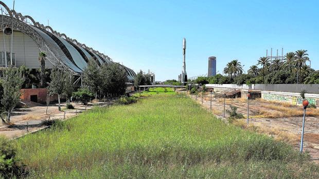 El canal de la Expo y al fondo el cohete Ariane, imagen del abandono