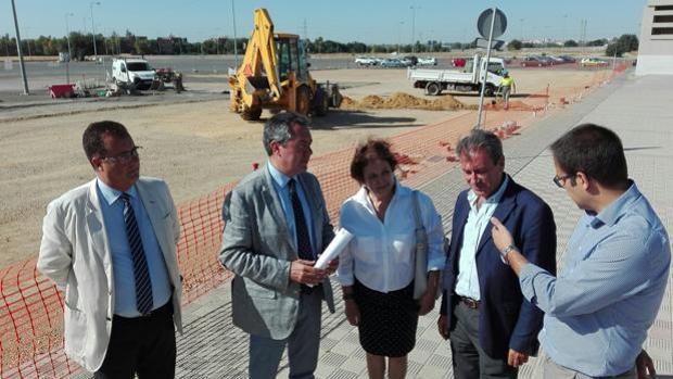El alcalde de Sevilla, Juan Espadas, durante su visita a las obras de la lanzadera