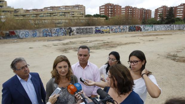 Juan Ignacio Zoido, atendiendo a los medios