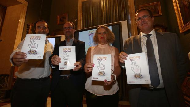 Los concejales Adela Castaño y Juan Carlos Cabrera, presentando el referéndum de la Feria