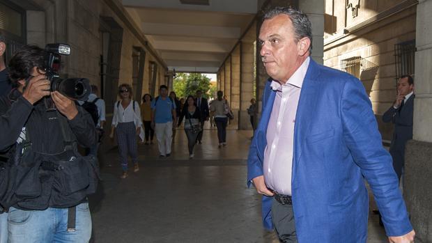 El jefe de la Policía Local de Sevilla, Gabriel Nevado, en las inmediaciones de los juzgados