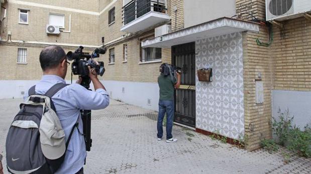 Los periodistas graban la entrada del bloque donde se ubica la vivienda, escenario del crimen