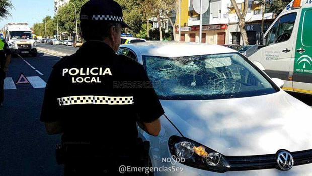 Un agente ante el coche que arrolló a la víctima