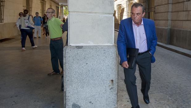 El jefe de la Policía intenta esquivar a las cámaras que le aguardaban a la entrada del juzgado