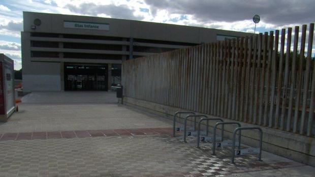 Nuevos aparcabicis instalados frente a la estación de Blas Infante