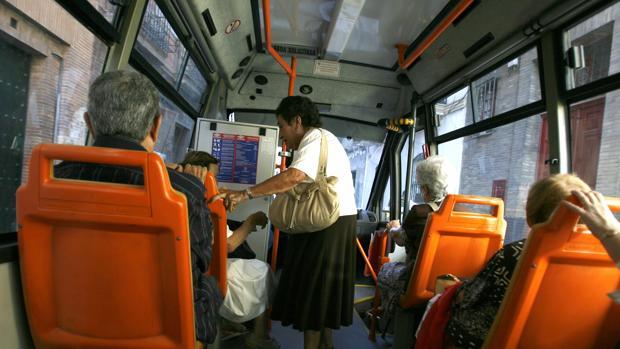 Interior de un microbús urbano en Sevilla