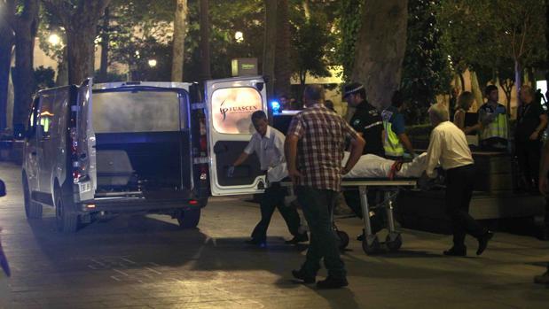 Retirada del cuerpo del hombre asesinado en pleno Casco Histórico de Sevilla