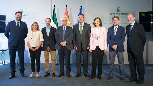 El consejero, los alcaldes y otras autoridades en la creación de la comisión