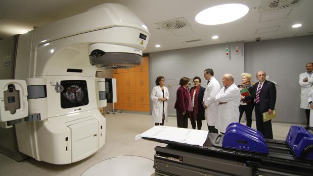Visita de responsables de la consejería de Salud a la unidad de Radioterapia del hospital sevillano