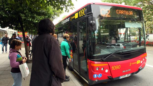Un autobús de Tussam que se dirige a la Cartuja