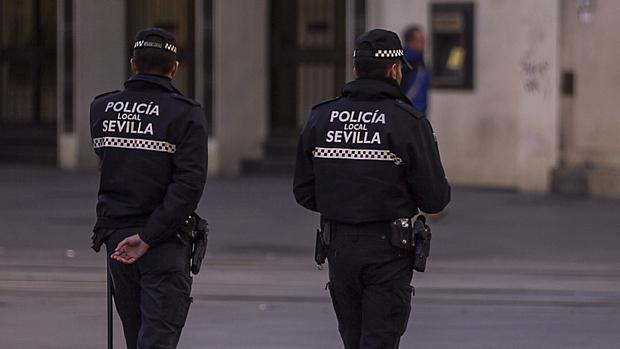 Dos policías locales de Sevilla, durante su ronda