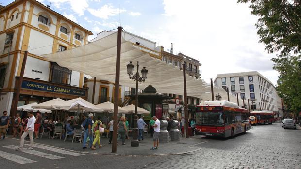 Viandantes y autobuses en la Campana