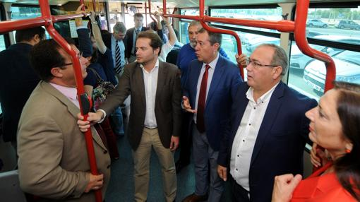 Representantes institucionales en la inauguración de la lanzadera a la Cartuja