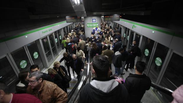 Usuarios de la única línea del metro que tiene Sevilla