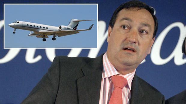 El empresario Luis Portillo, junto a una imagen de un jet Gulfstream 550